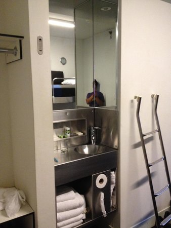 Pod 51 Hotel: La hab. tiene un lavamanos