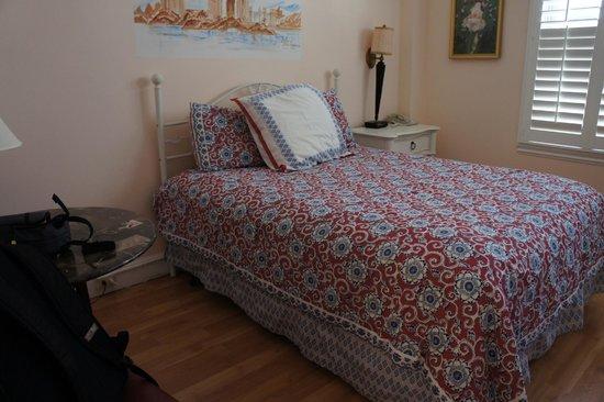 Hotel Mayflower: queen bed