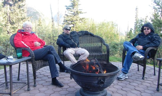 Tundra Rose Guest Cottages: Great fireplace area to wind down (even though it is light out at 11pm)