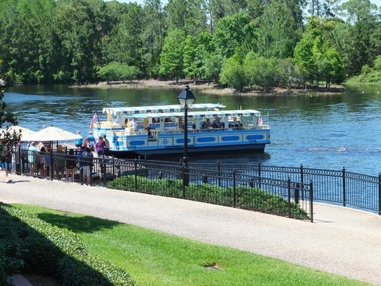 Disney's Port Orleans Resort - French Quarter : Boat going to Downtown Disney