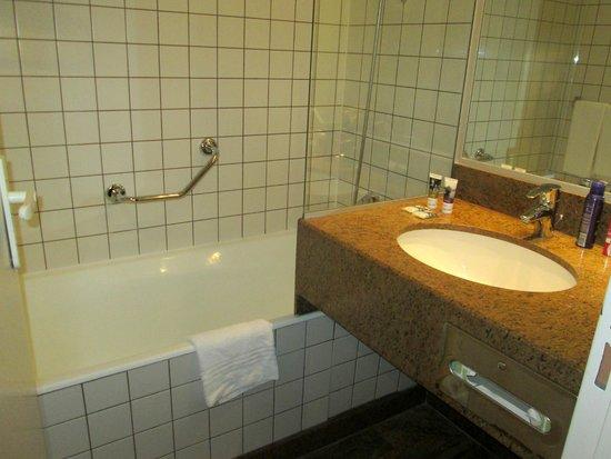 Mercure Paris La Défense : Clean bathroom with toiletries