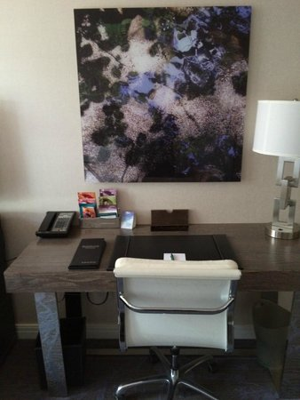 Kimpton Hotel Palomar Philadelphia: desk and decor