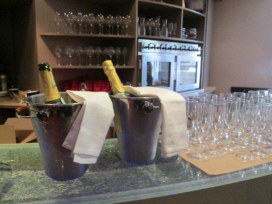 Mercure Paris La Défense : Champagne available at breakfast