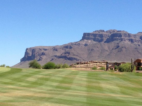 Gold Canyon Golf Resort: Hole #3 goes right at Superstition Mountain!