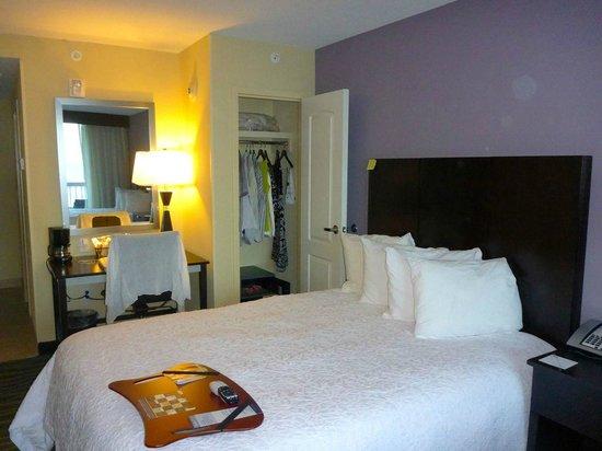 Hampton Inn Daytona Beach/Beachfront: small closet with safe