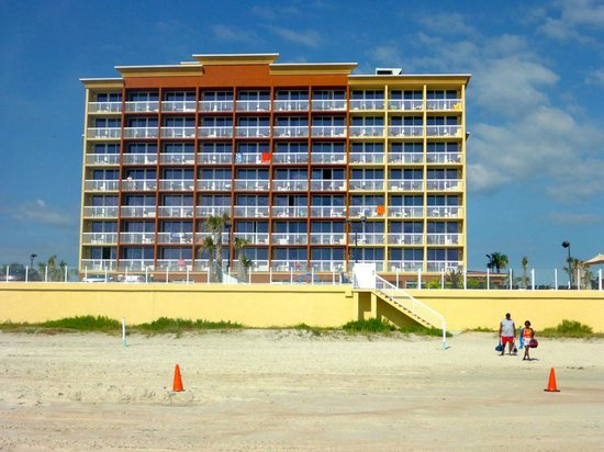 Hampton Inn Daytona Beach/Beachfront: Hotel from beach