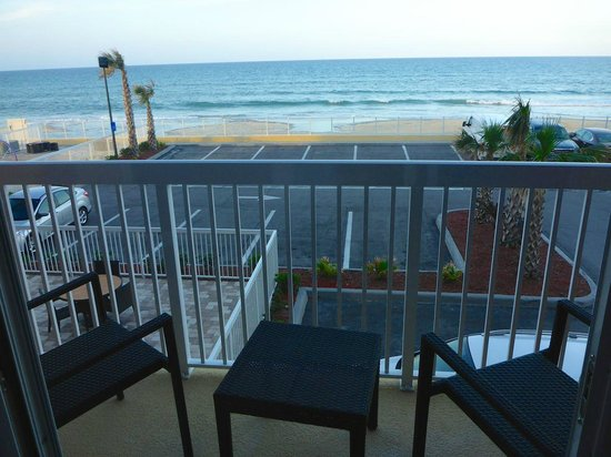 Hampton Inn Daytona Beach/Beachfront: view from 202 with parking lot