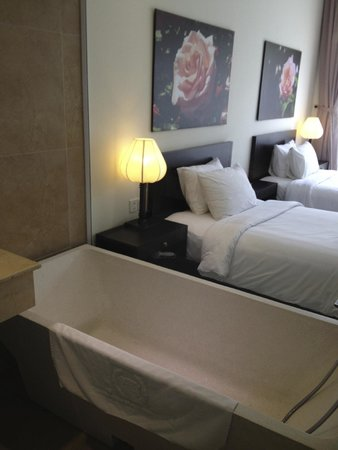 Thanh Binh Riverside Hotel : Terrazzo Tub but no bathroom door