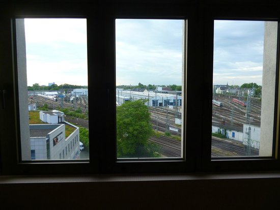 AZIMUT Hotel Cologne : view from room overlooking railway site