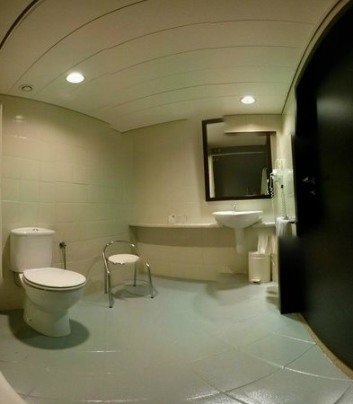 Hotel PraiaGolfe: Other side of bathroom, very nice size with a chair.