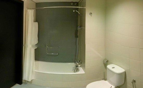 Hotel PraiaGolfe: Bathroom (Shower/Tub)