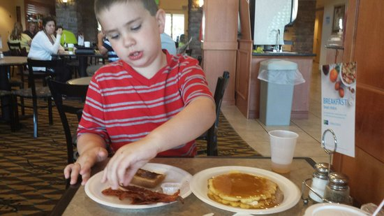 Holiday Inn Express & Suites Nampa at the Idaho Center: Pancakes and bacon were a hit!