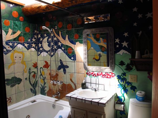 ‪‪La Dona Luz Inn, An Historic Bed & Breakfast‬: Magic world of the bathroom!‬