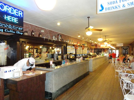 La King's Confectionery: The side where the ice cream is served.  Very long cases.