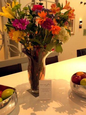 Inn on Fifth: Fresh flowers every day in hallways