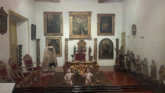 Cuadros y muebles religiosos coloniales-Museo Arqueologico