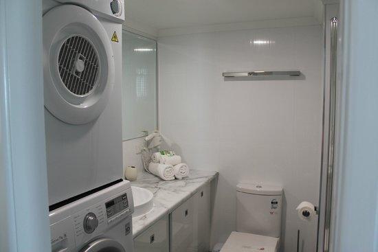 Banyandah Towers: Laundry / Main Bathroom