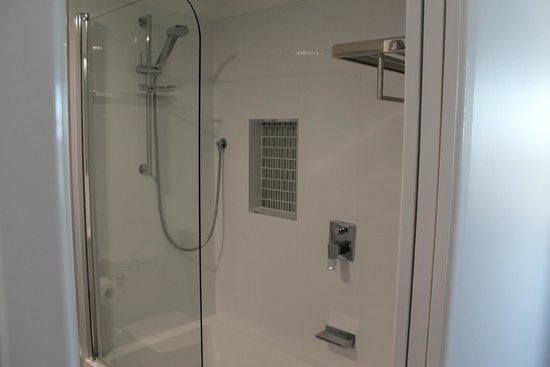 Banyandah Towers: Main Bathroom