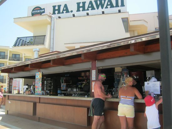 Intertur Palmanova Bay: Pool bar selling drinks and small meals
