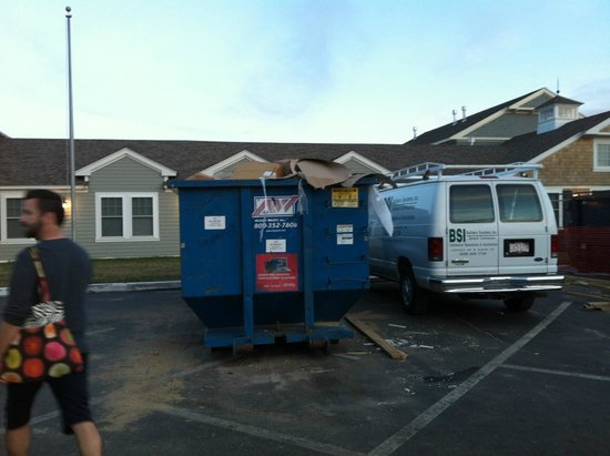 Bluegreen Vacations The Soundings, Ascend Resort Collection: Dumpsters in front parking lot