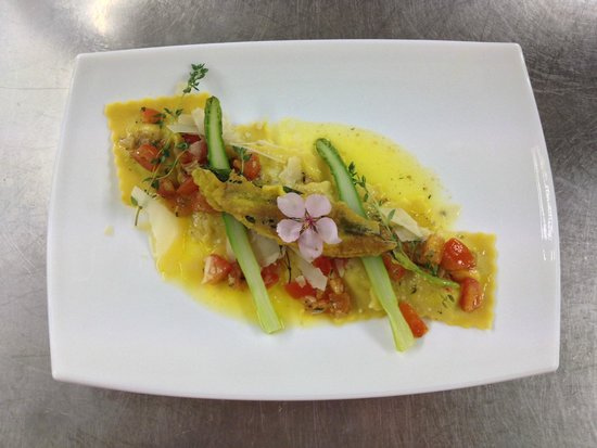 Ochsen: ravioli di asparagi al timo e pomodorini