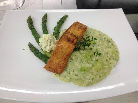 Ochsen: risotto agli asparagi e filetto di salmone