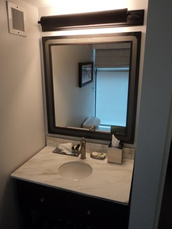 The Boxer Boston: Bathroom 2