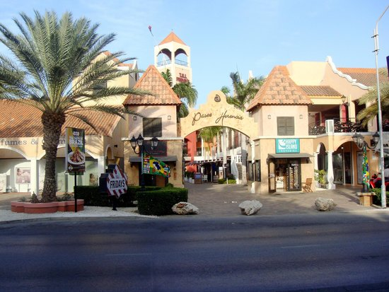 Holiday Inn Resort Aruba - Beach Resort & Casino: Mall right across the street from HI with shopping and food