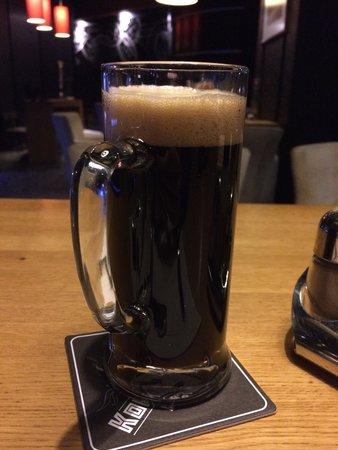 Cosmopolite Hotel: Темное не фильтрованное пиво в немецком ресторане внизу.