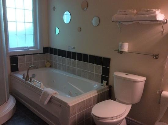Ash Grove Inn Restaurant : spacious bathroom with separate shower and jaccuzi tub  in luxury suite.