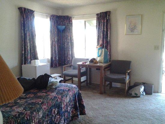 TimberLodge Inn: table area