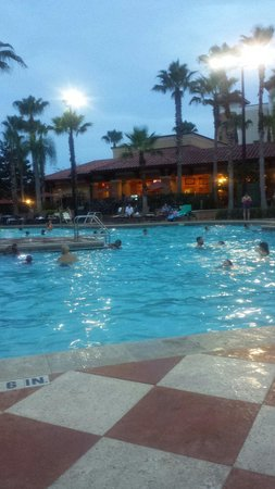 Floridays Resort Orlando: Evening at the pool