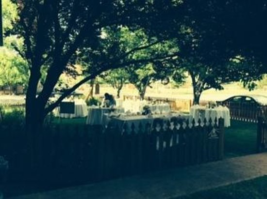 Cali Cochitta Bed & Breakfast: the front yard is ready for a wedding reception