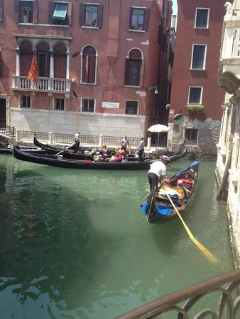 Hotel Colombina : View of canal outside hotel