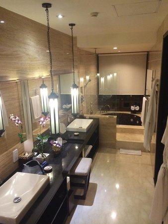 The Seminyak Beach Resort & Spa: Bath room