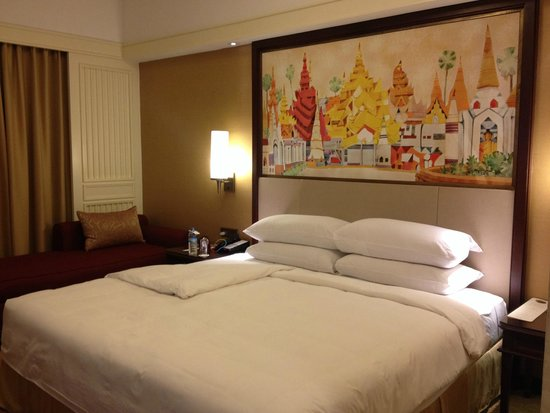 Sule Shangri-La Yangon: Comfy room after turn down.