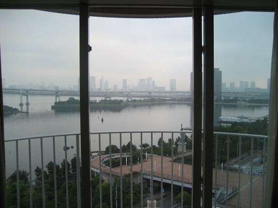 Hilton Tokyo Odaiba: nice window that opens up for a fresh clean air tho mozzies may sneak in @ noc