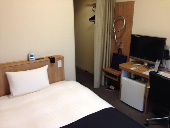 Dormy Inn Express Mikawaanjo : お部屋と通路がカーテンで区切られています。