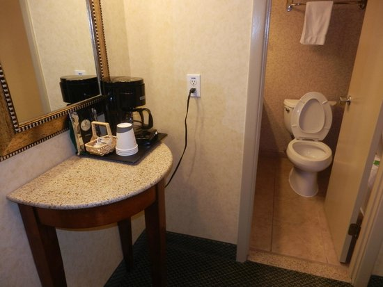 Red Lion Hotel Portland Airport: Coffee maker and bathroom door