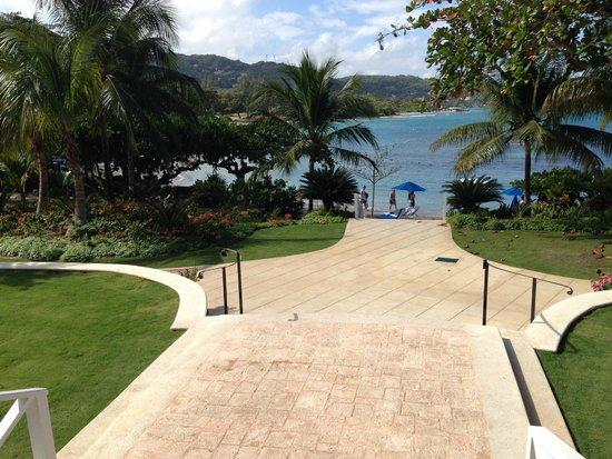 Round Hill Hotel & Villas: Pathway to Beach