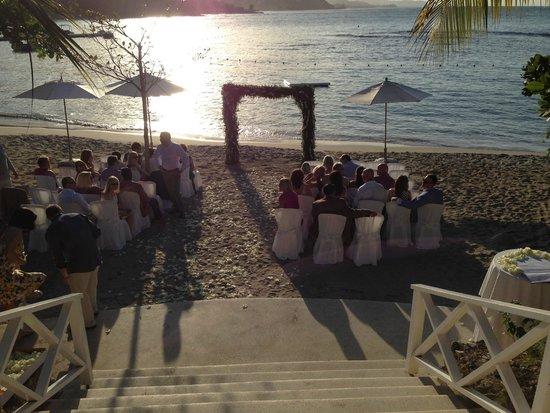 Round Hill Hotel & Villas : Beach Wedding