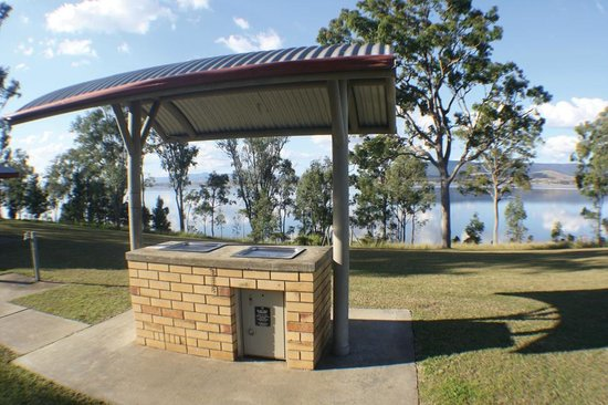 Lake Somerset Holiday Park: BBQ Area
