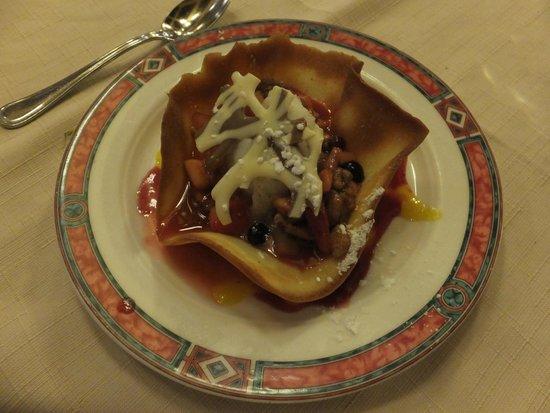 Au Chien Qui Fume: デザート 甘いのとスッパイのがともに味わえました