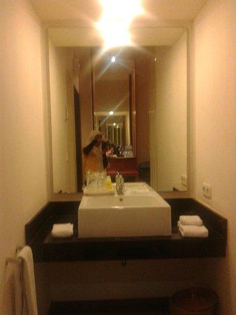 Kartika Graha: Wastafel diantara kamar mandi dan kamar tidur yang disekat