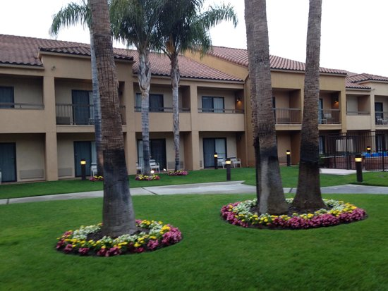 Courtyard Anaheim Buena Park: Outside our room/patio...beautiful courtyard, easily accessible!