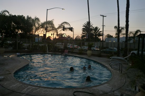 Best Host Inn: Pool in the evening