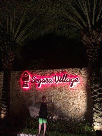 Segara Village Hotel: Entrance at night