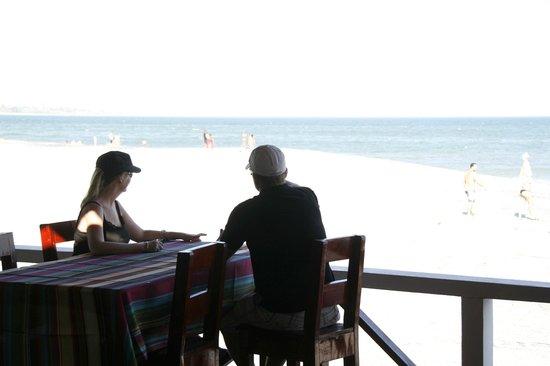 Bay View Hotel: Pareja de turistas apreciando la vista de la playa y el mar