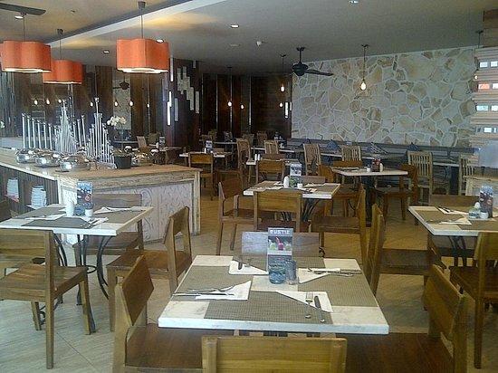 Harper Kuta: Restaurant Setting