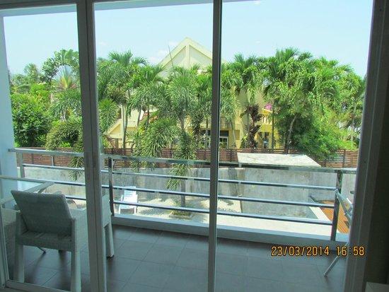 Chalong Beach Front Residence: вид на балкон